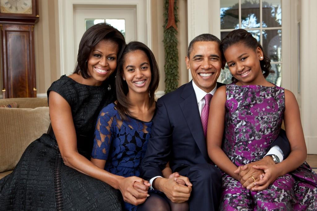 Malia Obama affiche d'un grand sourire son appareil dentaire sur la photo officielle de la campagne 2012 de Barack Obama.