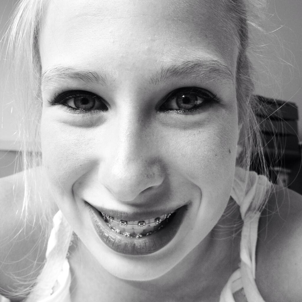 Doriane avec son appareil dentaire.