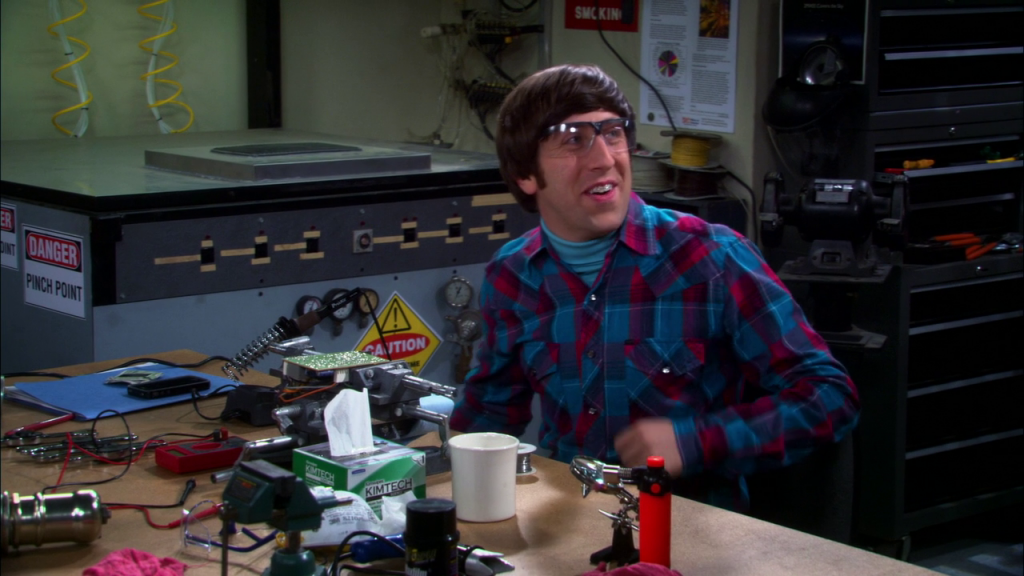 Howard porte un appareil de contention dans The big Bang Theory